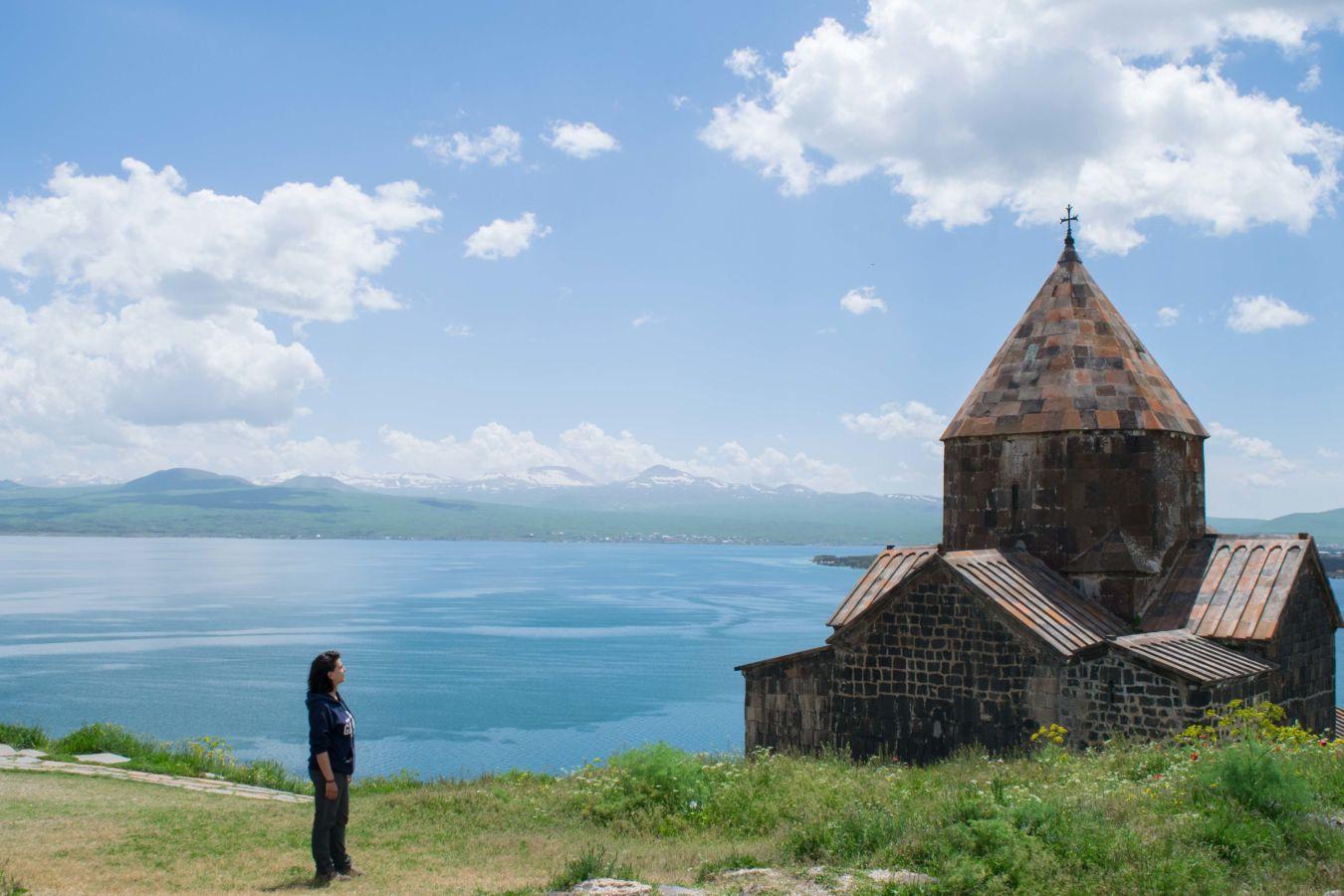 Monasterio Sevanavank en Armenia, al lago de orillas del lago Sevan