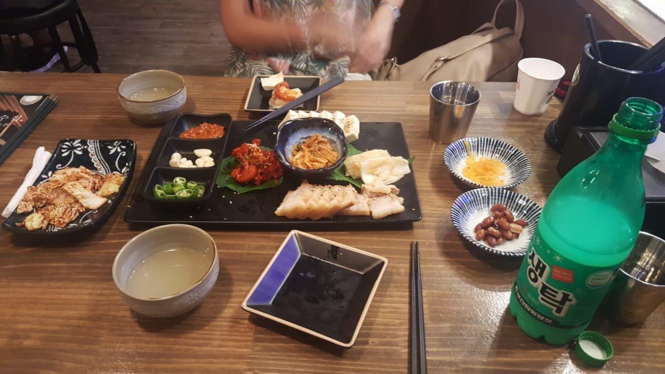 Comida típica coreana en un restaurante