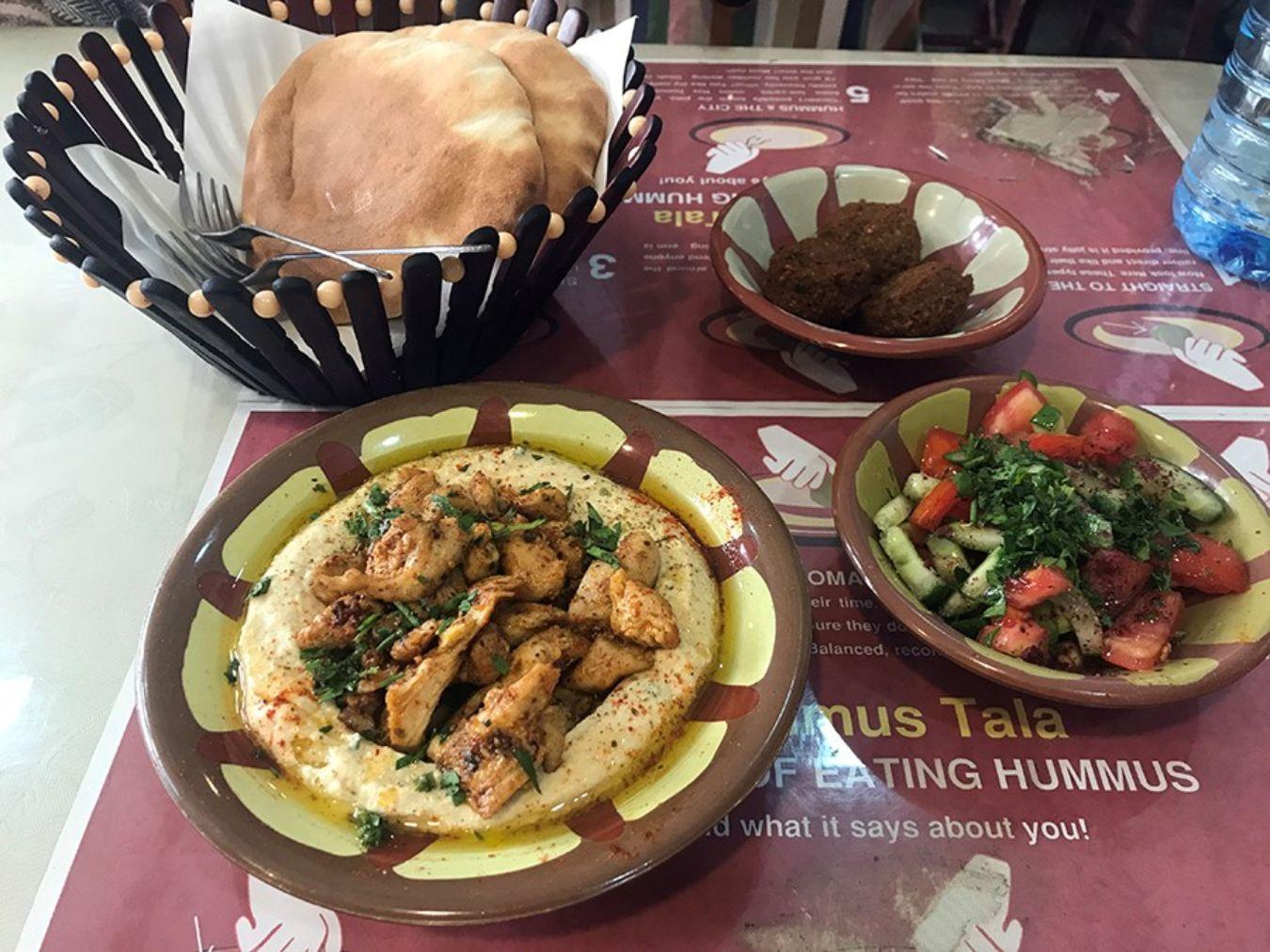 Comida típica de Israel, hummus, falafel y kebab
