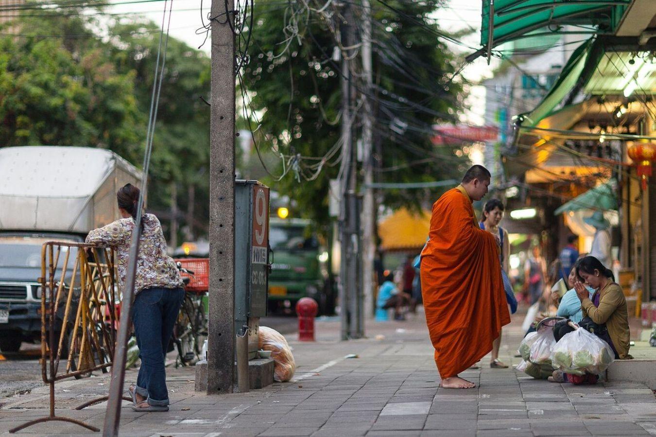 Monje budista en las calles de Bangkok, Tailandia