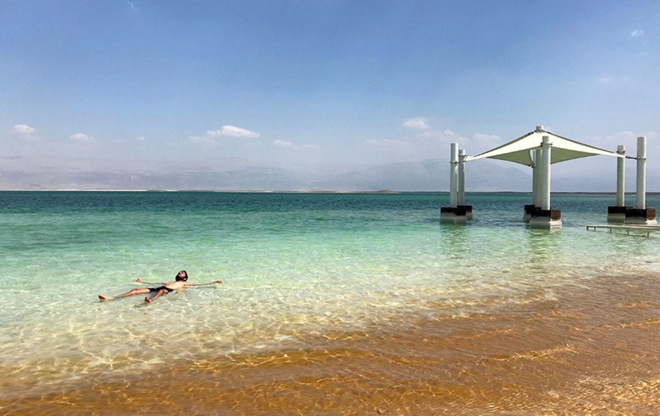 Persona bañándose en el Mar Muerto, Israel