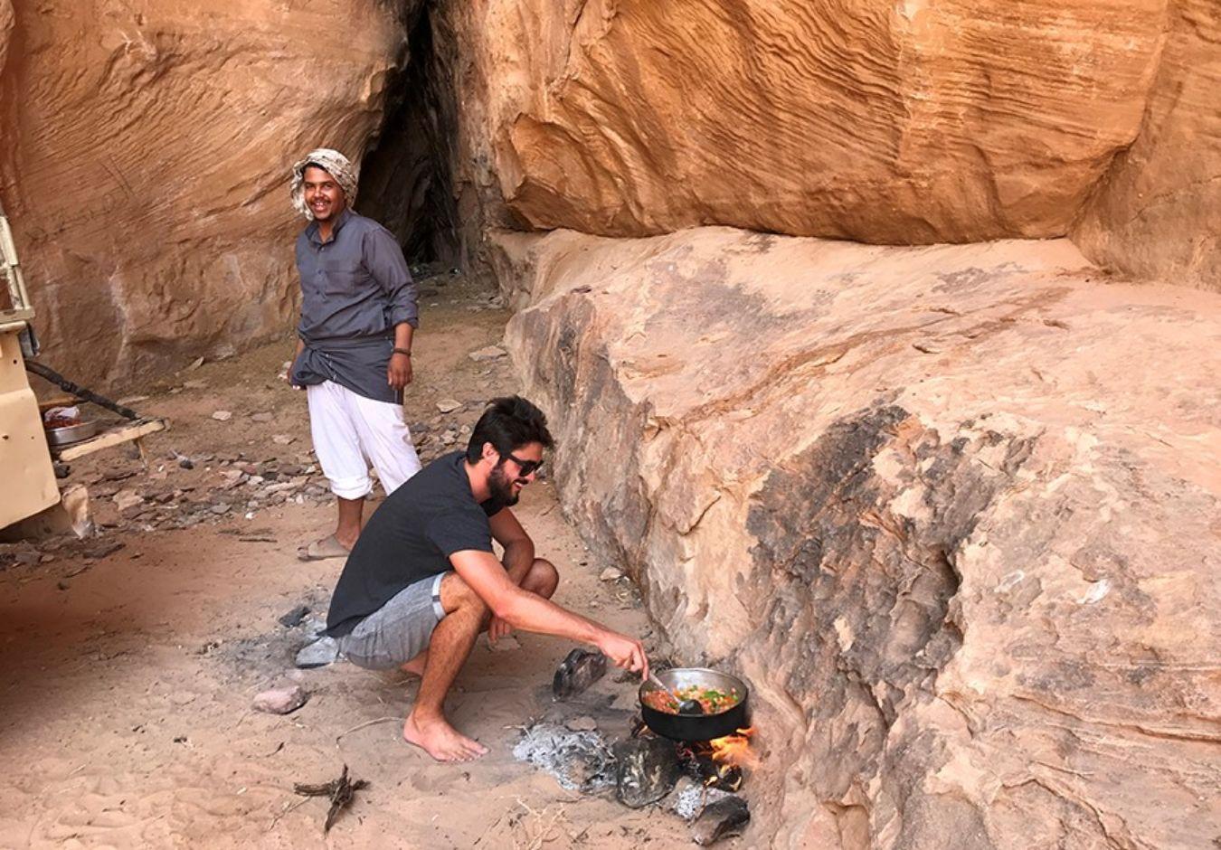 Persona cocinando de comida local en el exterior en Israel