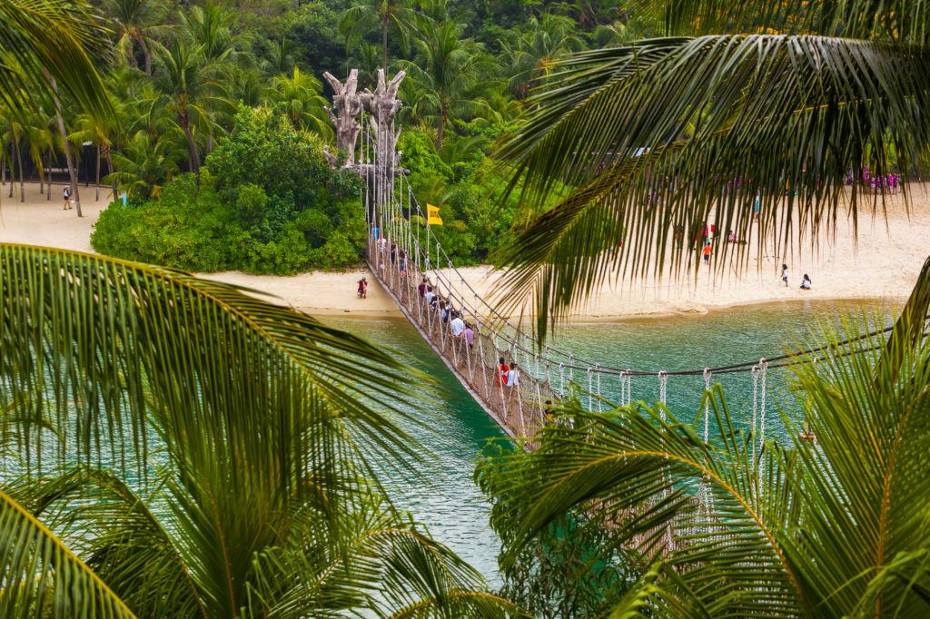 Puente colgante que lleva a la isla Palawan en Sentosa, Singapir