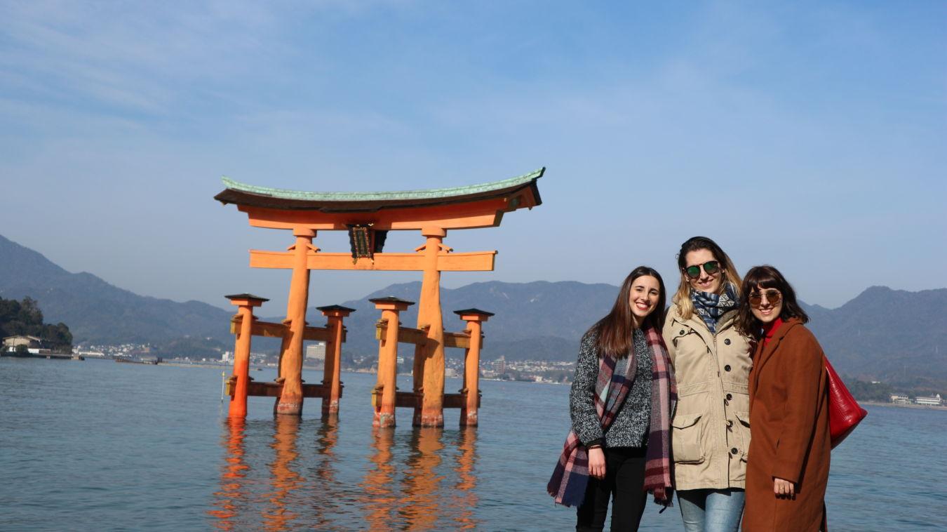 Tres personas en Hiroshima Miyajima