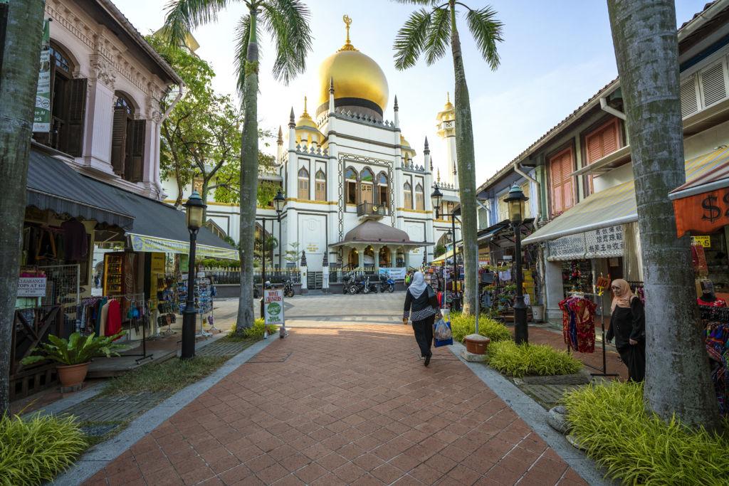 Vista de una calle con la mezquita del Sultán en Kampong Glam, Singapur