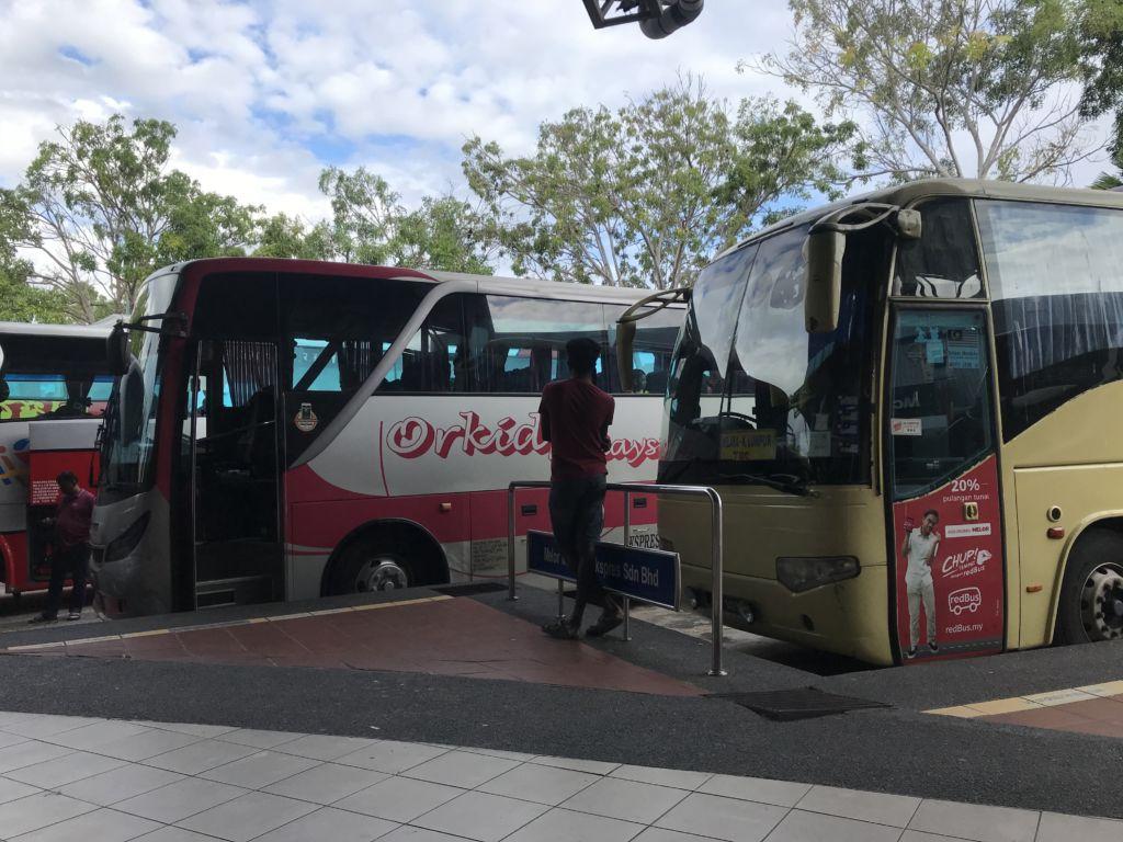 Autobuses aparcados en una estación de autobuses en Malasia
