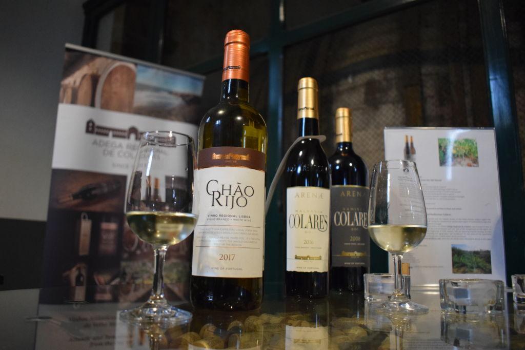 Botellas de vino DOC Colares y copas en una bodega de Colares en Portugal