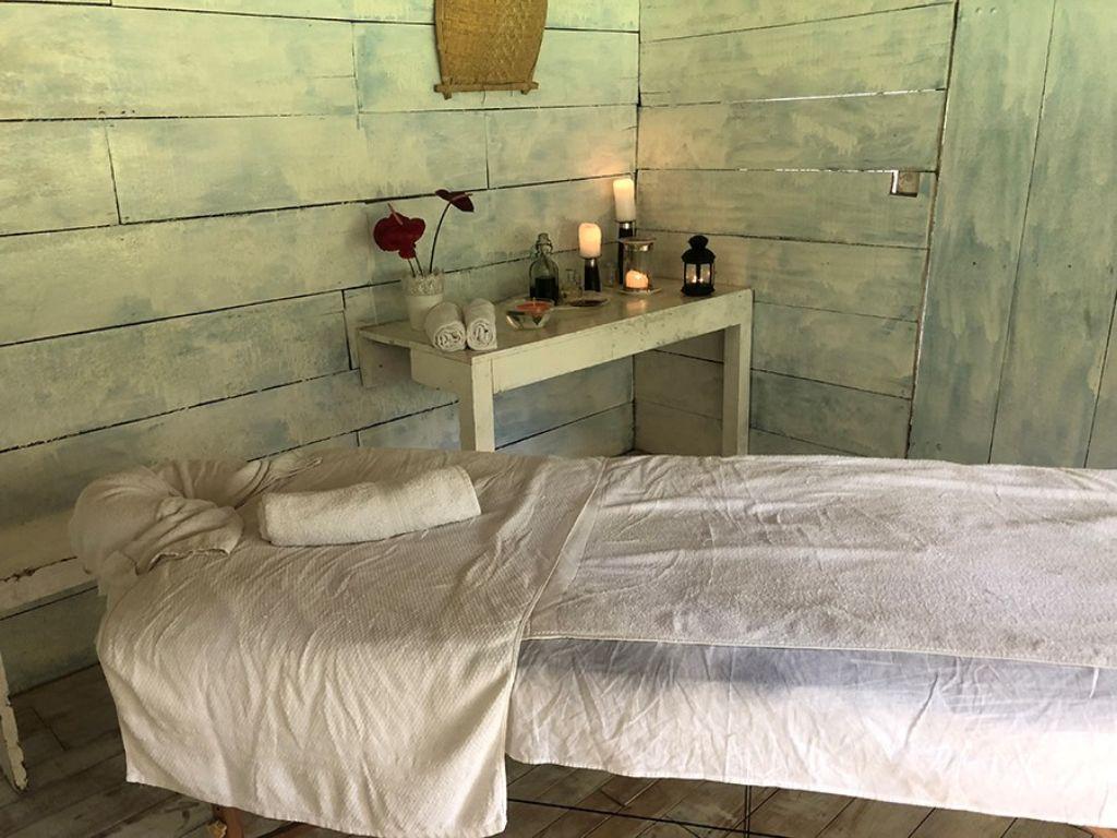 Camilla preparada para un masaje ayurvédico en Sri Lanka