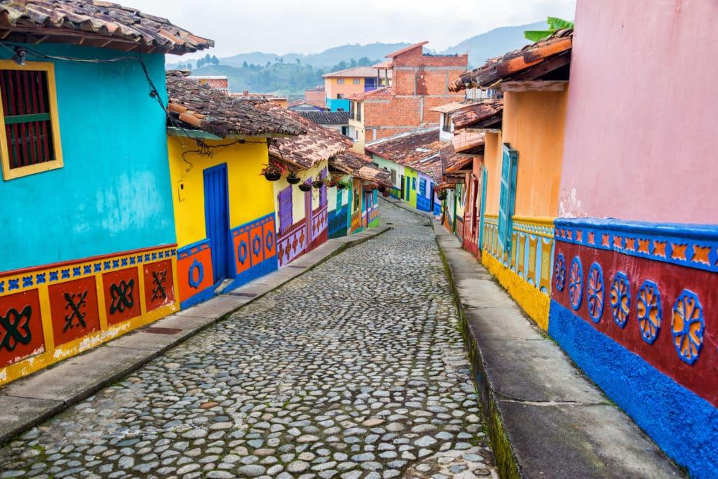 Seguro de viaje Colombia.  Casas coloniales y coloridas en una calle de Guatape, en Colombia