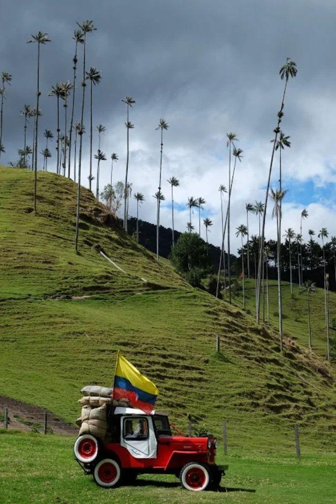 Coche con la bandera de Colombia en el Valle de Cocora en Colombia