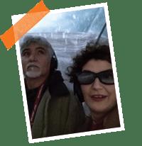 Foto de un hombre y una mujer con gafas de sol
