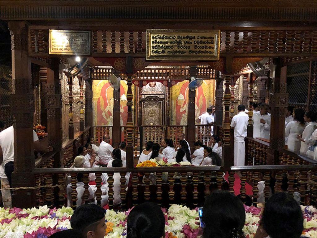 Gente durante una ceremonia en un templo de Sri Lanka