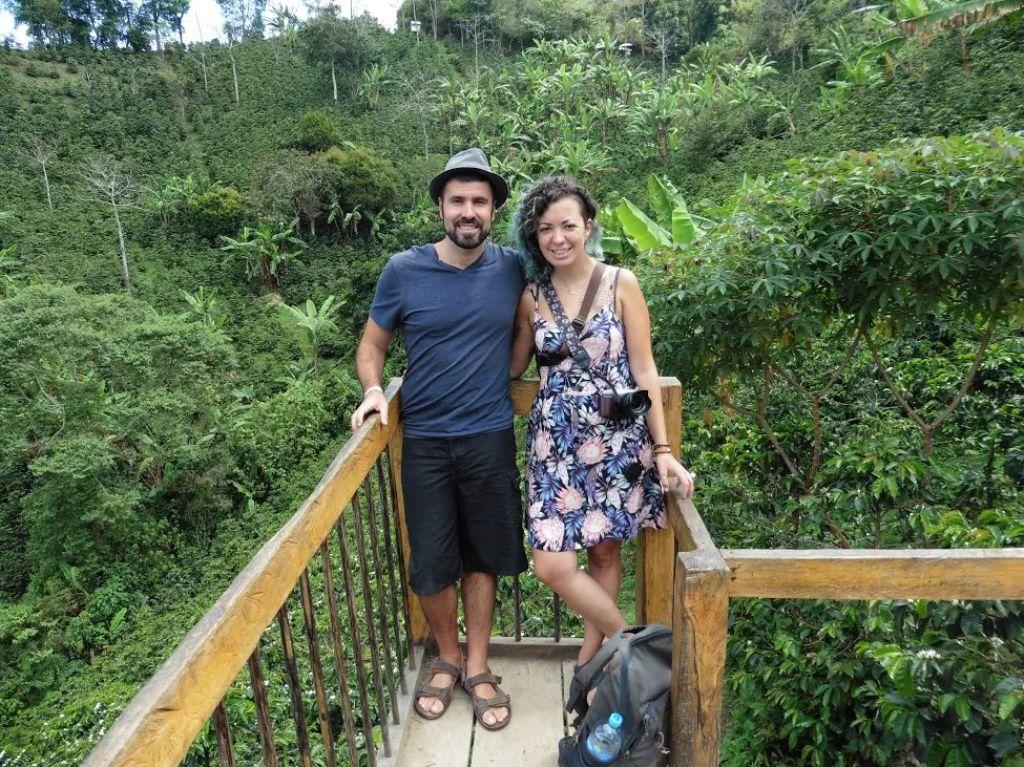 Ignasi y Alba del blog Gazpacho y Mochila con un paisaje del Eje Cafetero en Colombia
