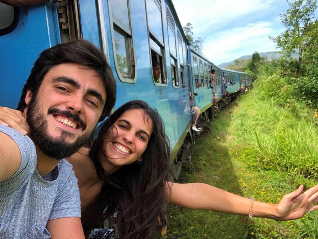 Pareja diciendo hola desde un tren en Sri Lanka