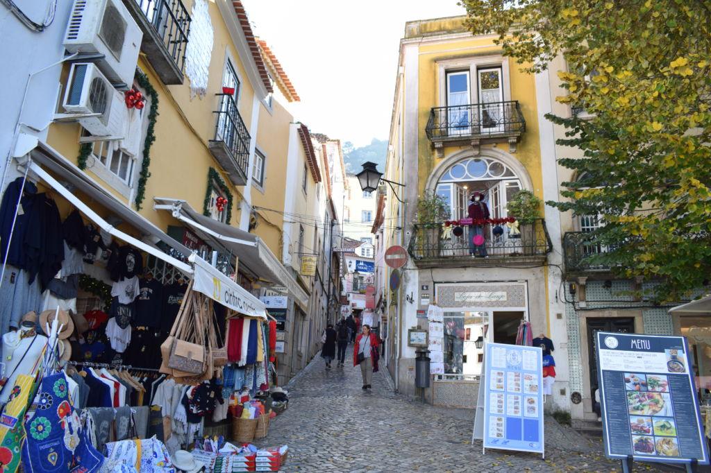 Tiendas de souvenirs y fachadas en las calles de Sintra en Portugal