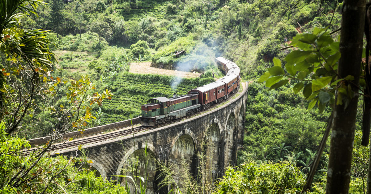 Tren circulando por el puente de los nueves arcos en Ella, Sri Lanka