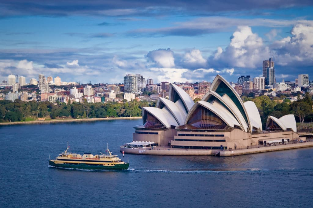 Vista de la ópera de Sidney y del skyline de la ciudad