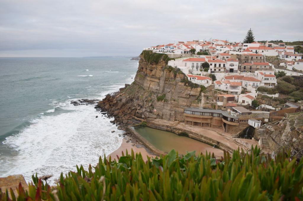 Vista de lejos de Azenhas do Mar en Portugal
