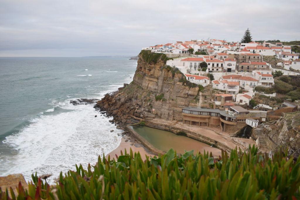 Vista de lejos de Azenhas do Mar en Portugal