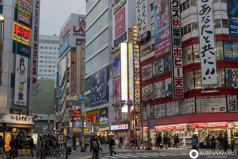 Calles de Tokio con gente pasando y edificios con carteles en japonés