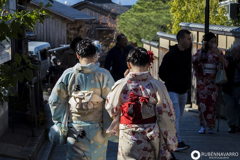 Dos mujeres en kimono paseando por las calles de Kioto en Japón