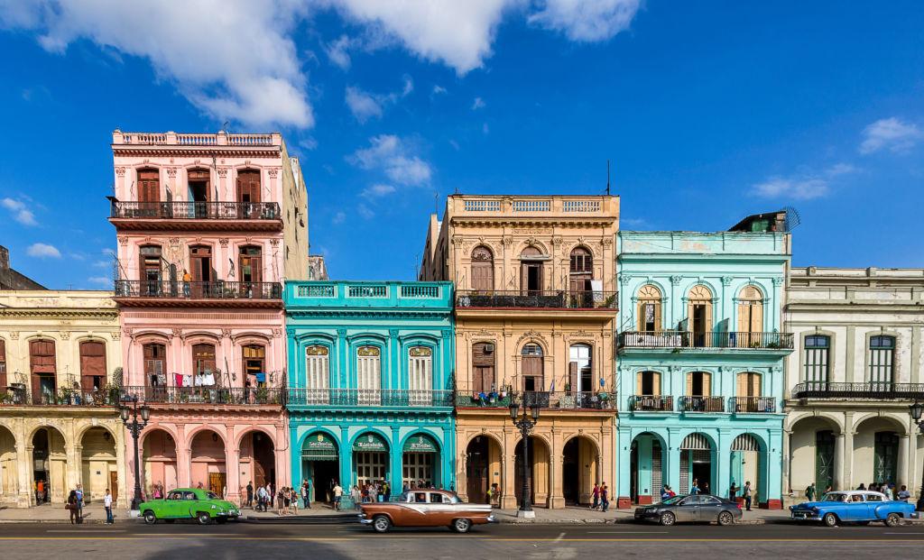 Fachadas de casas coloridas en las calles de La Habana, Cuba