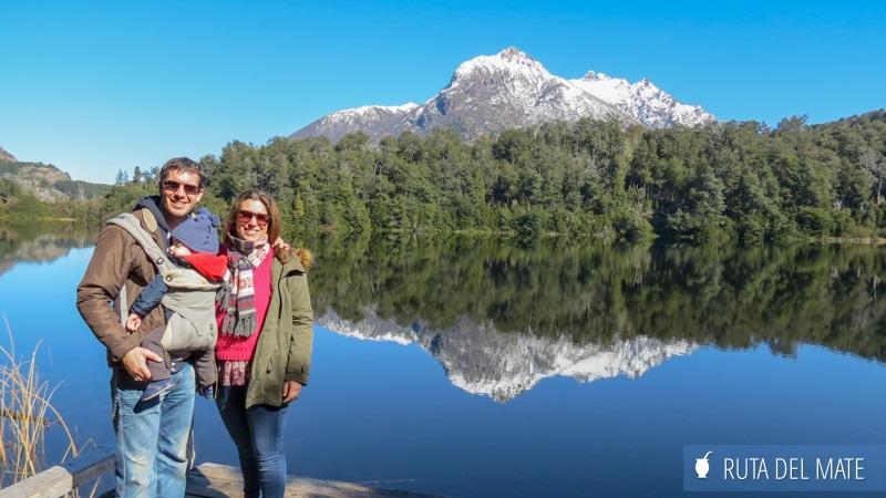 Familia delante de un lago y una montaña en Bariloche, Argentina