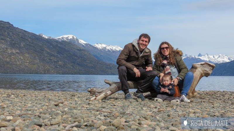 Familia delante de un lago y unas montañas en El Bolsón, Argentina