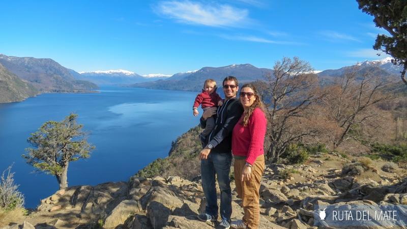 Familia delante de un lago y unas montañas en San Martín de los Andes, Argentina