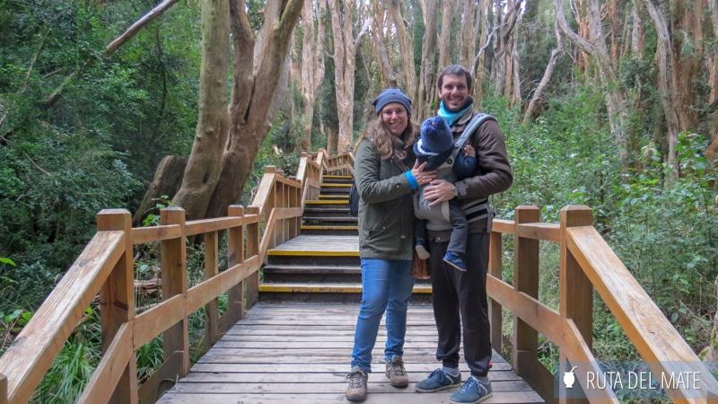 Familia en un puente de madera en medio del bosque en Villa La Angostura, Argentina