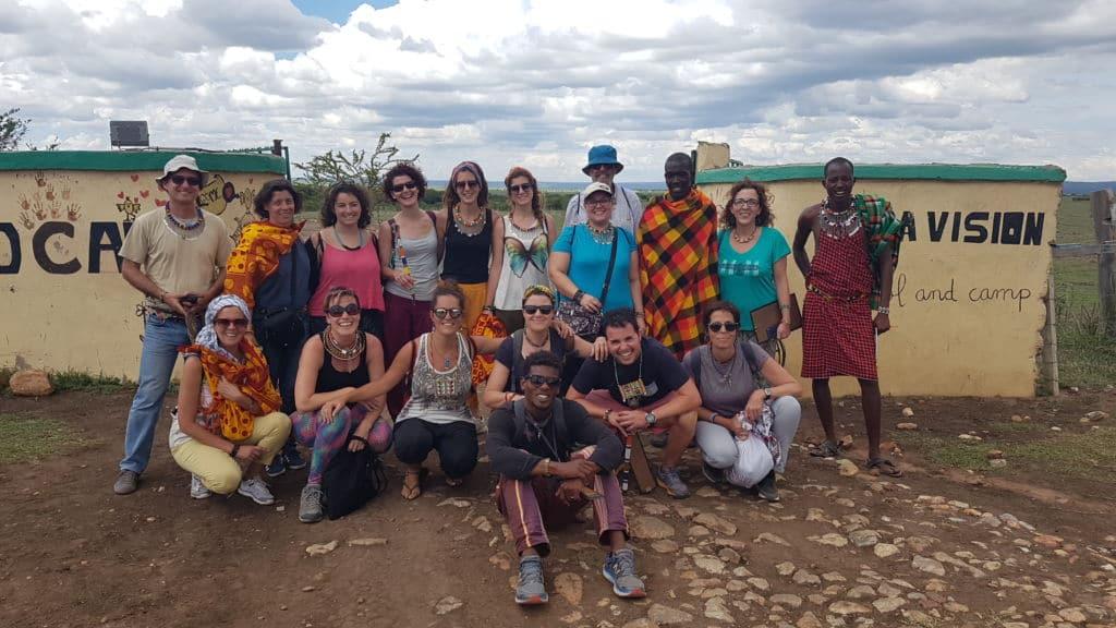 Grupo de occidentales posa delante de la cámara durante un viaje a Kenia