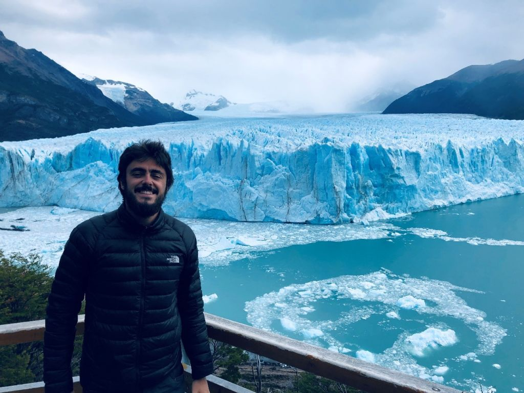 Hombre con barba delante del Glaciar Perito Moreno en la Patagonia argentina