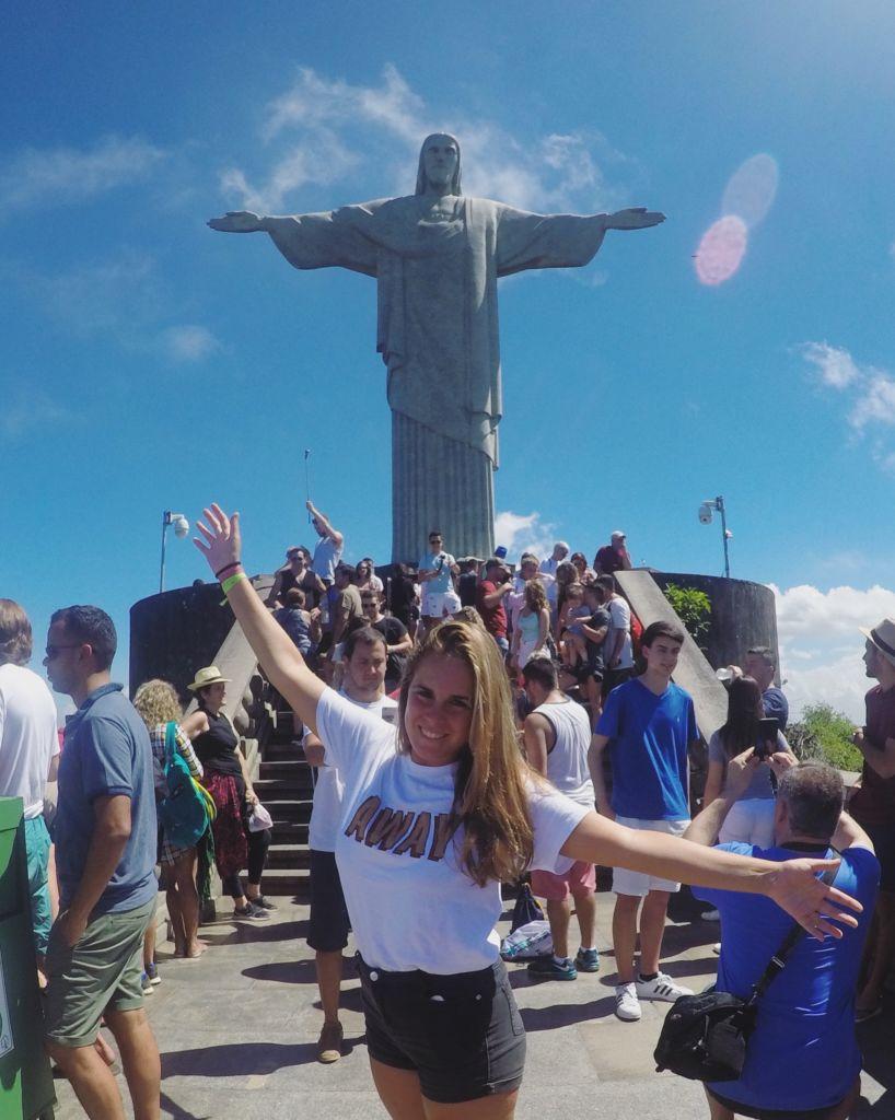 Mujer delante de el cristo de corcovado en Rio de Janeiro