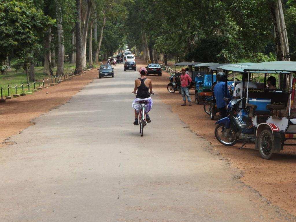 Mujer en bicicleta sola por una carretera en África