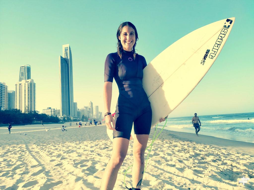Mujer surfera con una tabla de surf en la mano en surfers paradise, Australia