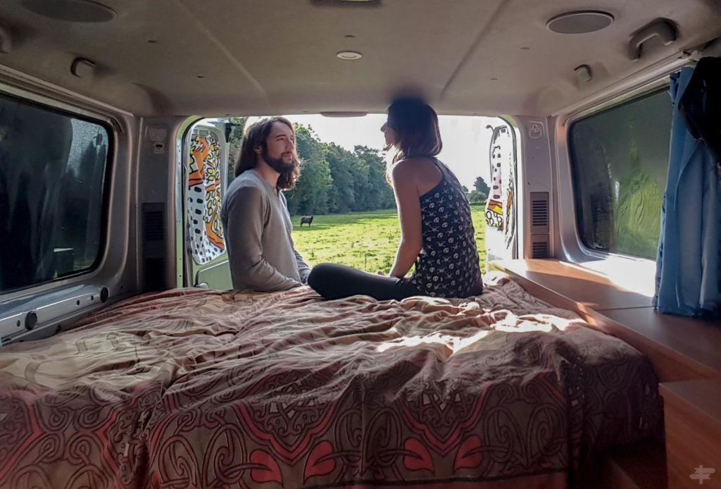 Mujer y hombre en una furgoneta camperizada