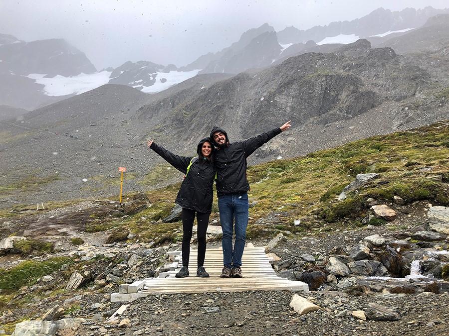 Pareja delante del Glaciar Martial en la Patagonia argentina