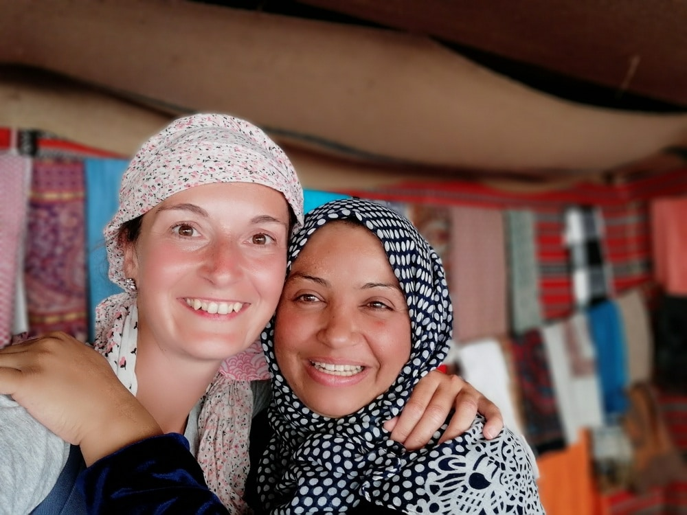 Primer plano de dos mujeres con pañuelo en la cabeza