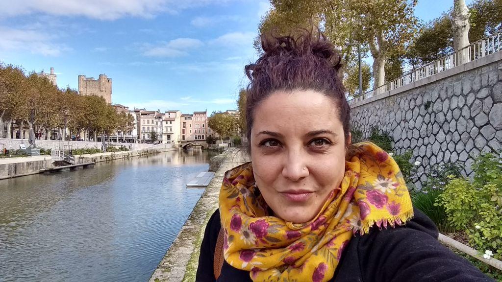 Selfie de una mujer con el río al fondo en Narbona