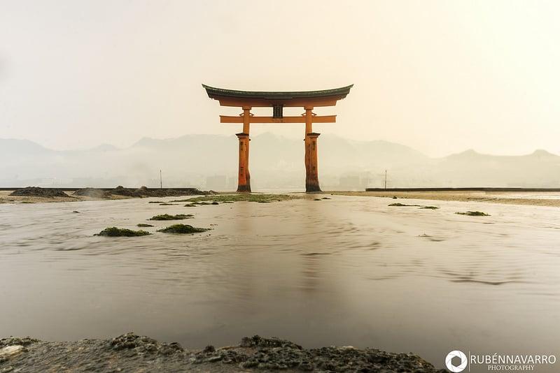 Torii de Miyajima del santuario Itsukushima en Japón