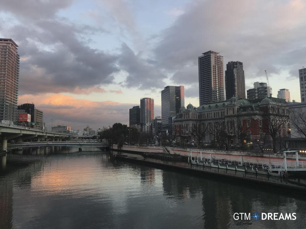 Vistas de la ciudad de Osaka y del río, Japón