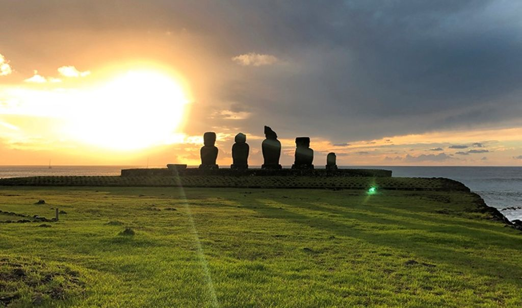 Cinco moais en Tahai en la Isla de Pascua