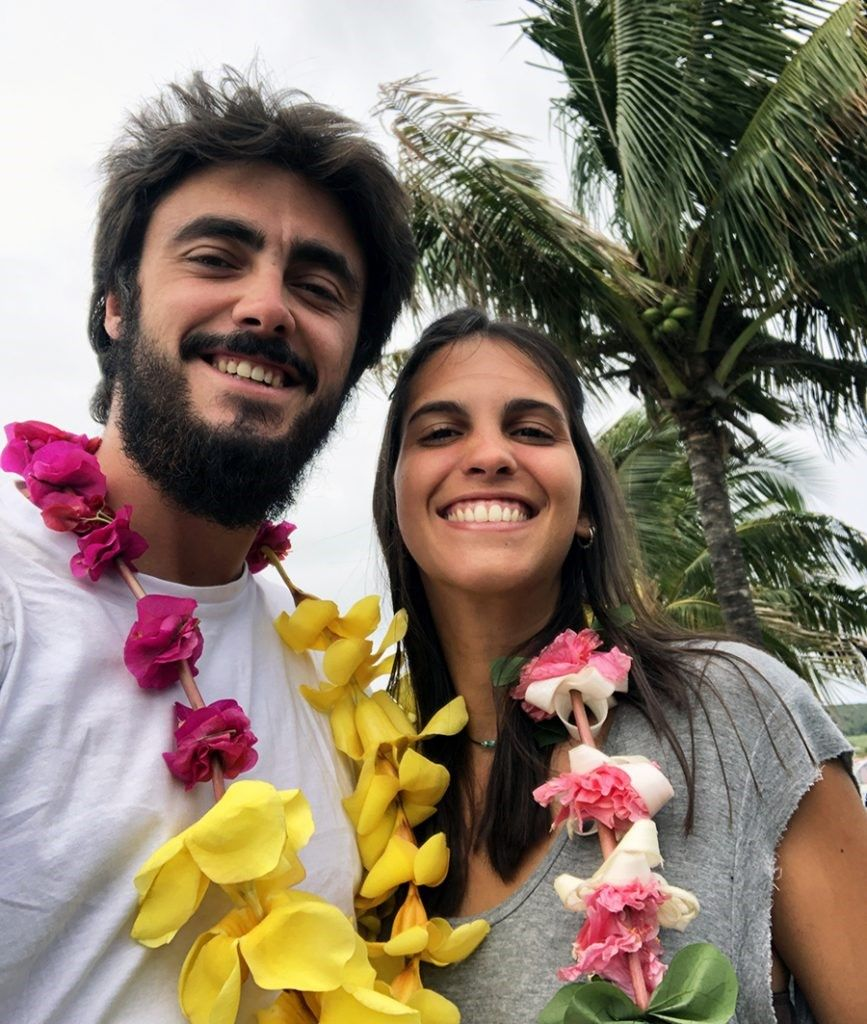 Hombre y mujer con collares de flores en la Isla de Pascua