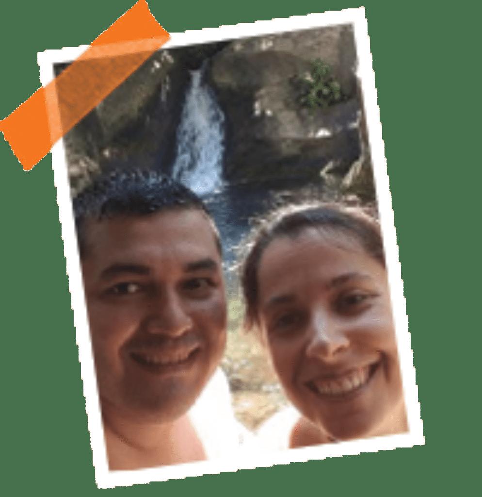 Hombre y mujer con una cascada detrás