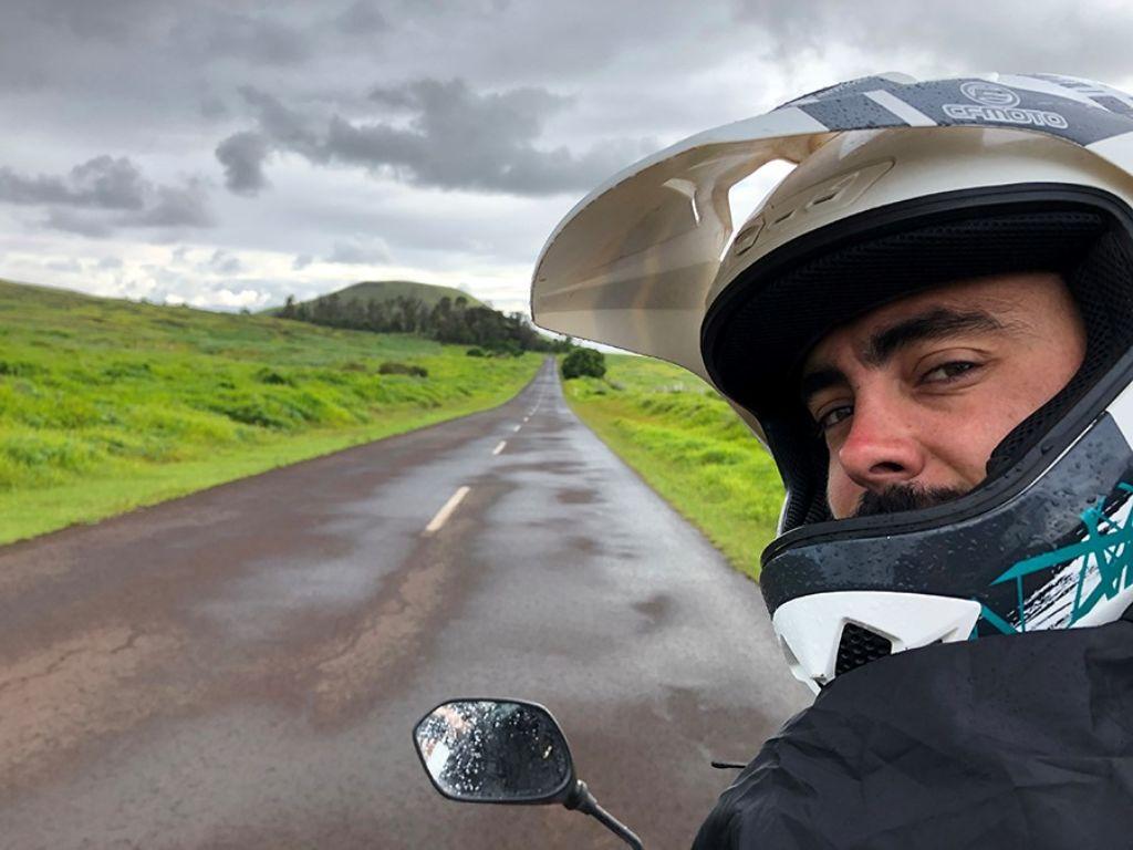 Kike del blog Mono Viajero con un casco en una carretera de la Isla de Pascua