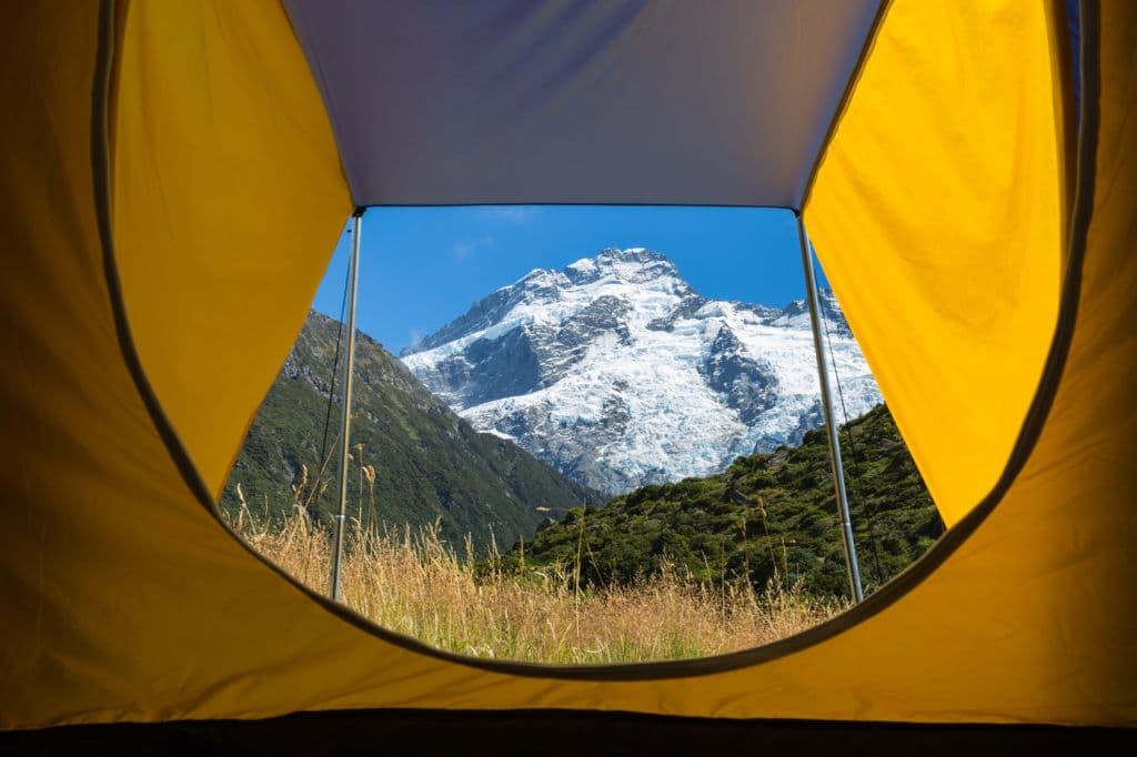 Vista desde una tienda de campaña de una montaña Cook nevado en Nueva Zelanda