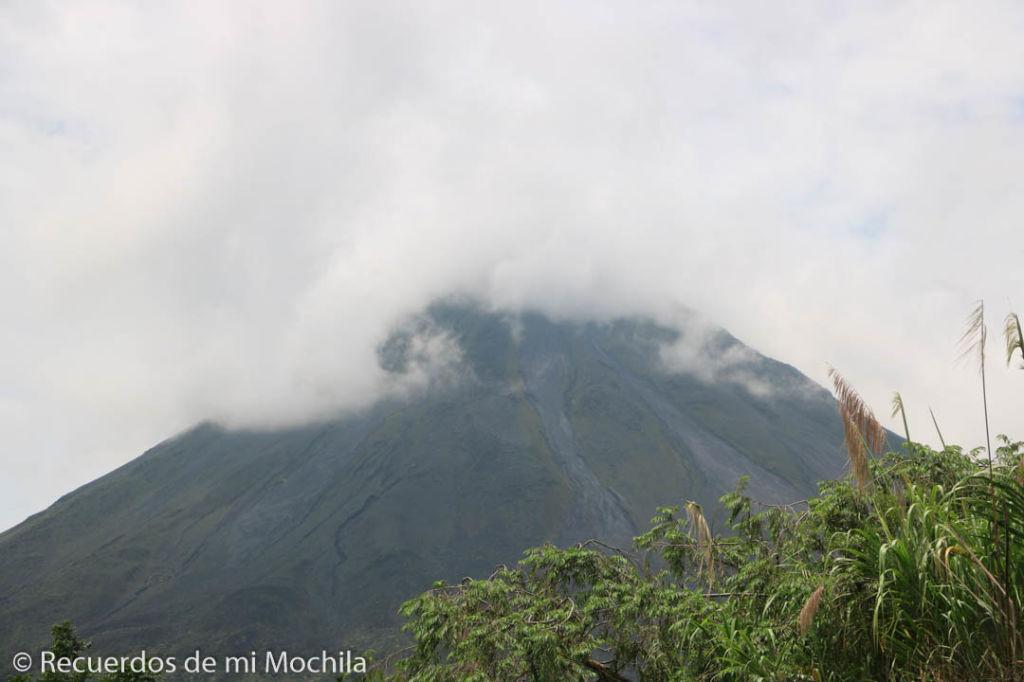 Volcán Arenal cubierto por las nubes en Costa Rica
