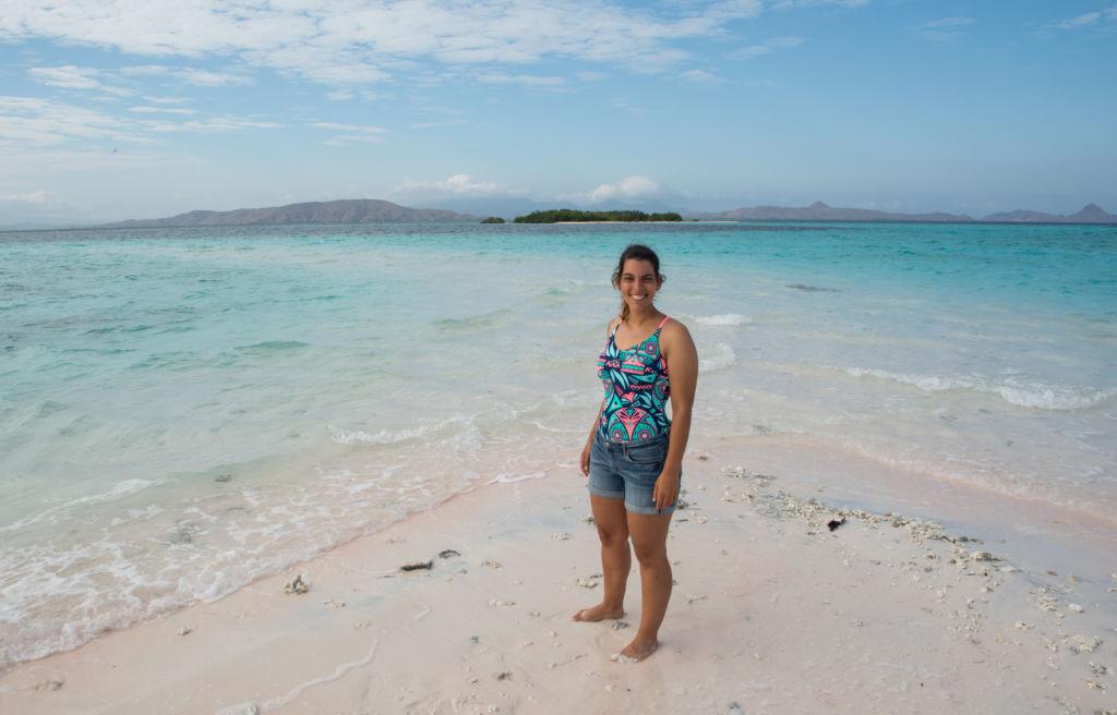 Chica delante de la playa en la Isla de Flores en Indonesia