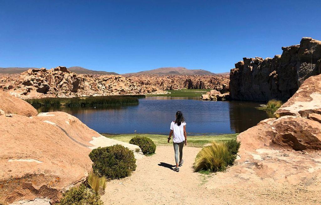 Chica en la Laguna Negra del Salar de Uyini Bolivia