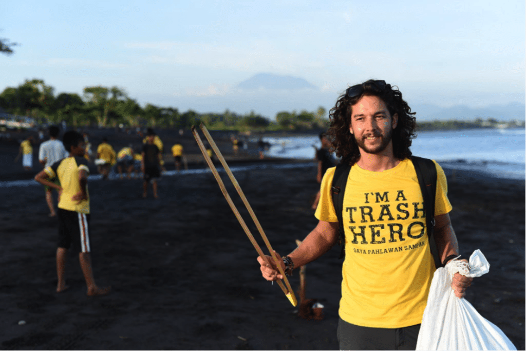 chico ayudando con la recogida de plásticos en Indonesia